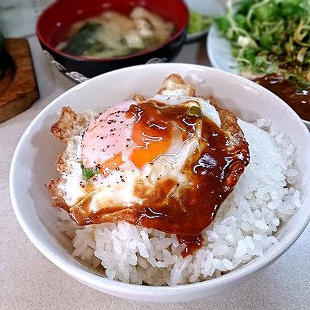 けやき食堂の「デミたま丼」