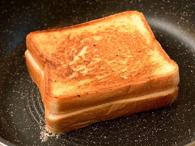 グリルドチーズサンド こんがり焼く