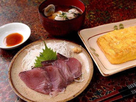 鰹の刺身、あさりの味噌汁、出汁巻き玉子